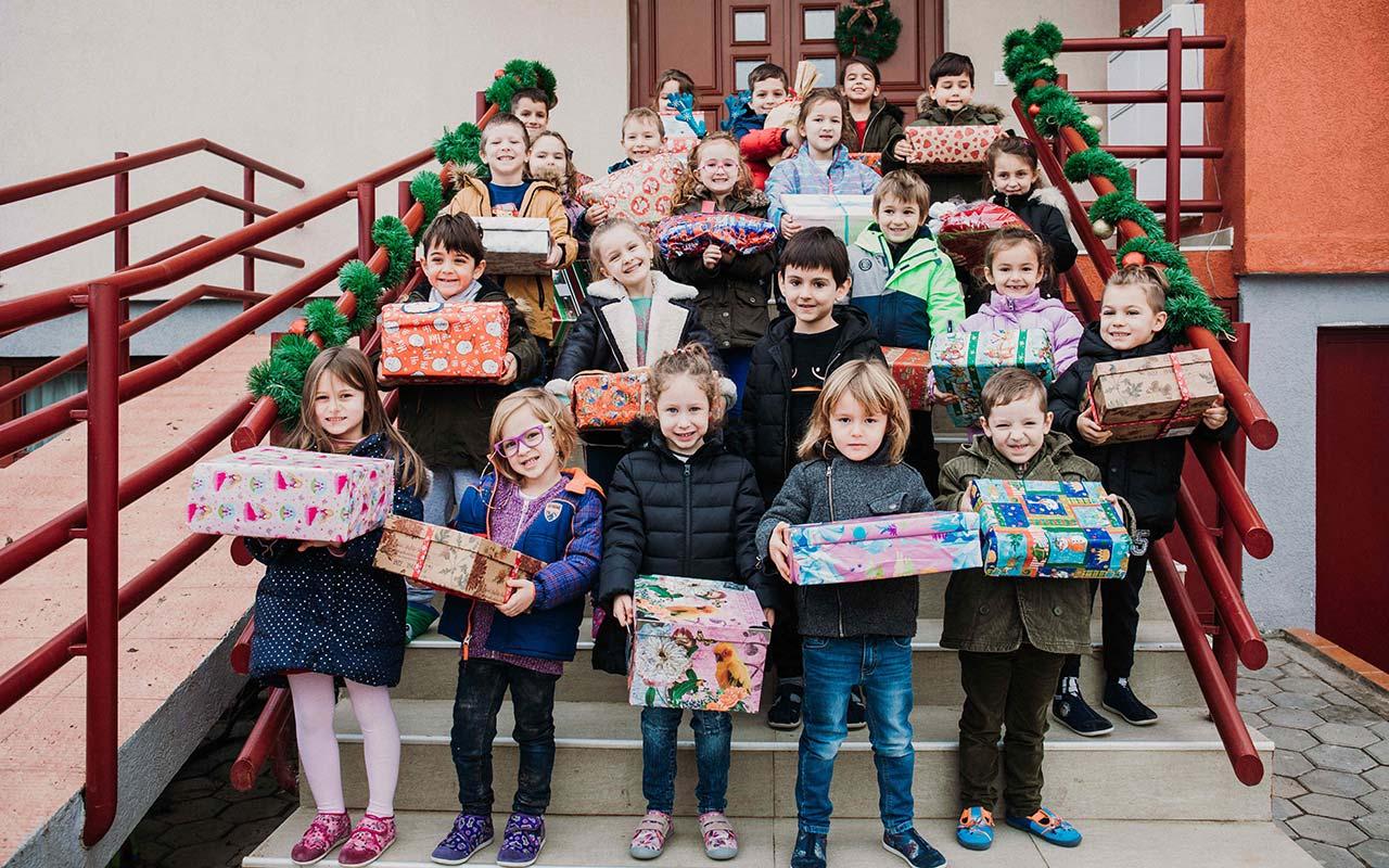 Fëmijët parashkollorë në Kids Academy me dhuratat e mbledhura për fëmijët e komunitetit RAE në Prishtinë