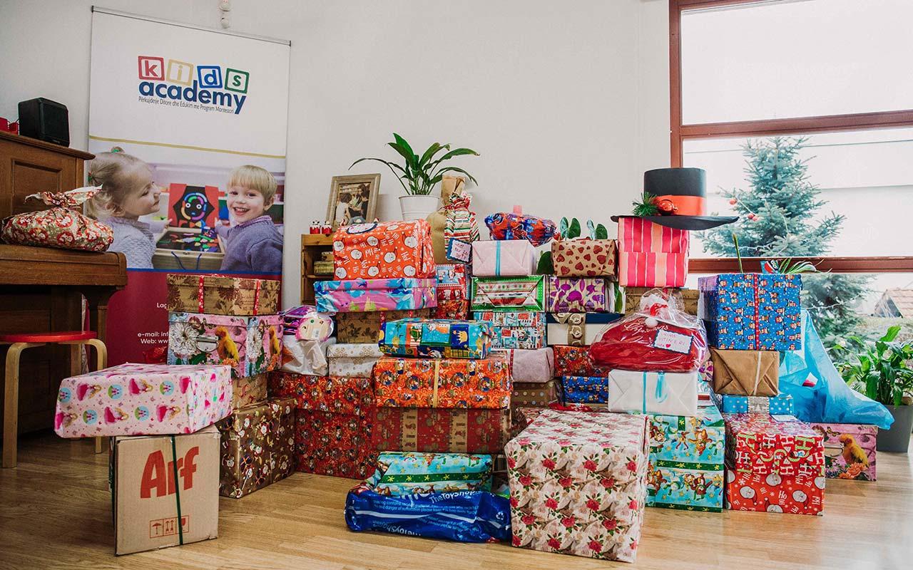 Dhuratat e mbështjellura nga fëmijët e Kids Academy për fëmijët e komunitetit RAE në Komunën e Fushë Kosovës (2019).