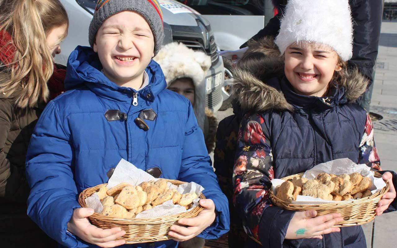 Biskota e përqafime për qytetarët për Ditën Ndërkombëtare të Dashurisë (2017).