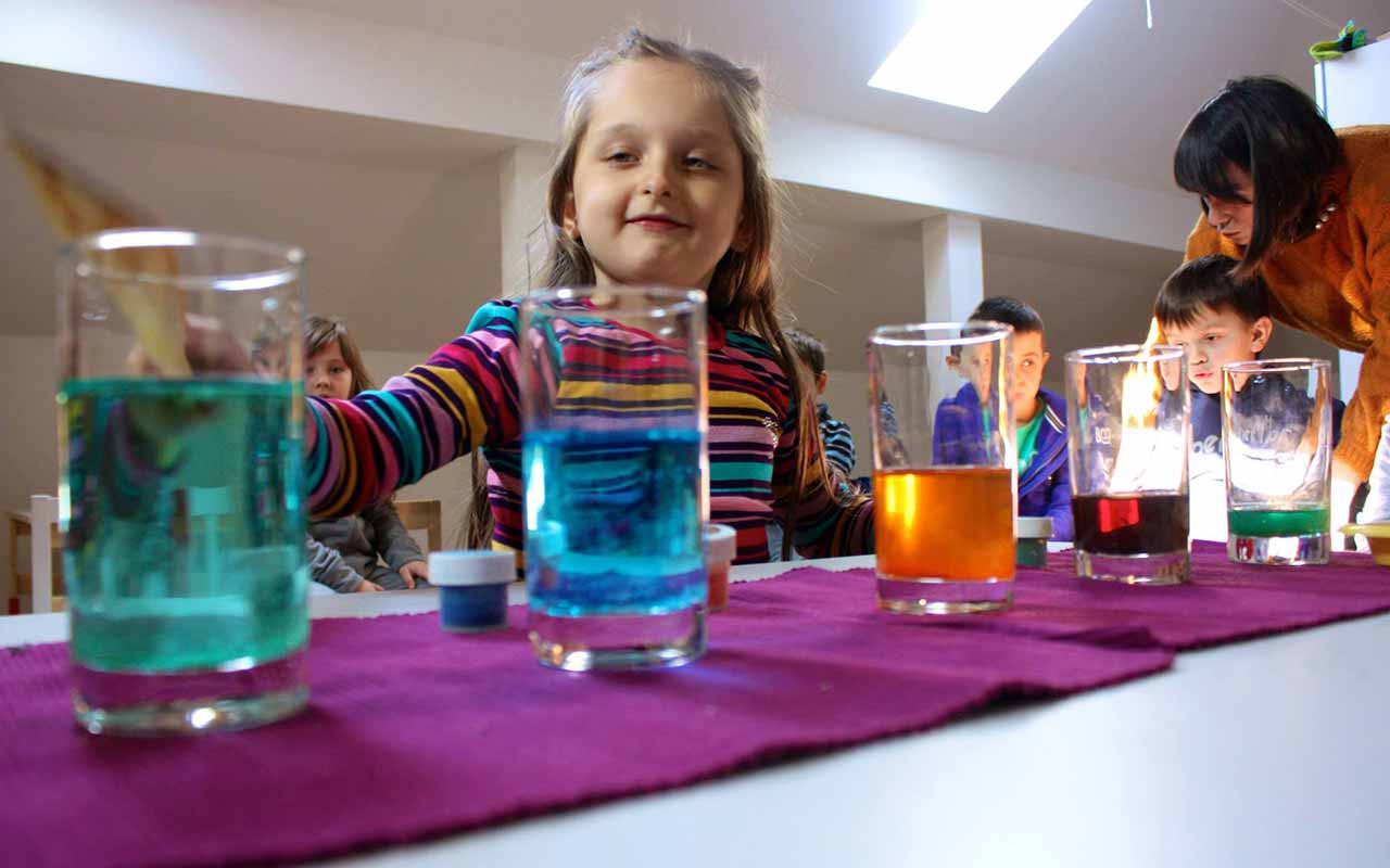 Vajze ne Kids Academy me gota me ngjyra gjate nje ore shkencore